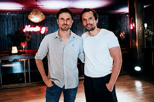 "Simon Verhoeven (Regie), Quirin Berg (Produktion) (v.l.n.r.) bei den Dreharbeiten zu ""Nightlife"" (2020); Quelle: Warner Bros. Pictures Germany, DFF, © 2019 Warner Bros. Ent., Paul Ripke"