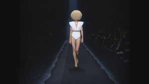 "Silhouette der Frühjahr/Sommer-Kollektion 2009 (""Martin Margiela - Mythos der Mode"", 2020); Quelle: NFP Marketing & Distribution*, DFF, © 2019 Reiner Holzemer Film, RTBF, Aminata Productions"